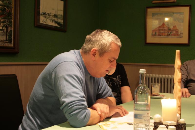 Bei der Lesung erzählte Nordkurier-Reporter Jörg Foetzke auch von den Hintergründen seiner Recherchen. Foto: Lutz Reuter