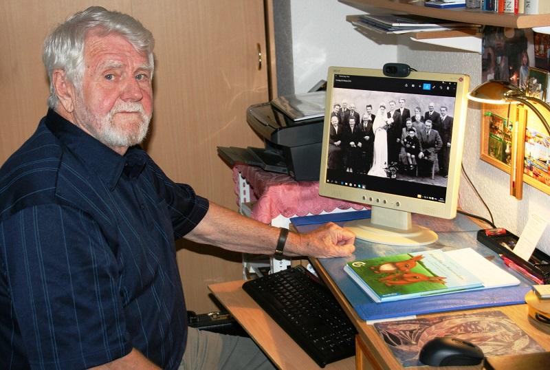 Der Schriftsteller Siegfried Noack an seinem Schreibtisch