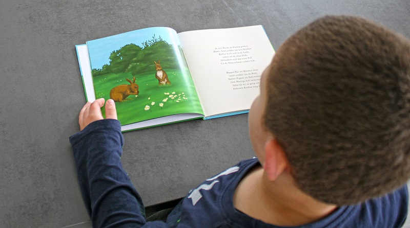Mit dem Hoppelhasen-Buch können Erstleser die plattdeutsche Sprache entdecken.